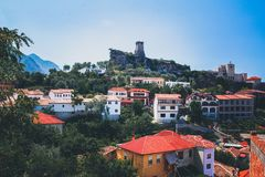 Albański grodzki budynku widok Wakacje letni wycieczka przyciąganie turystyczny obrazy royalty free