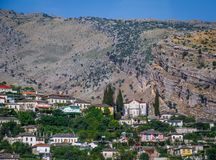 Albański grodzki budynku widok Wakacje letni wycieczka przyciąganie turystyczny zdjęcie stock