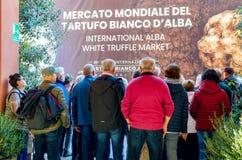 ALBA, †«15-ОЕ НОЯБРЯ 2018 ИТАЛИИ: Люди входя в рынок трюфеля международной ярмарки трюфеля Alba Пьемонта, Италии стоковые фотографии rf