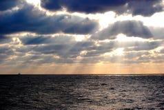 Alba ad un impianto offshore Immagine Stock Libera da Diritti