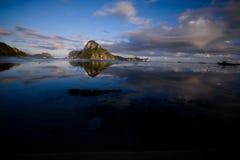 Alba al EL Nido con una vista dell'isola di Callao Immagini Stock