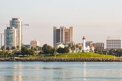 Alba al faro acquatico del parco di Shoreline e del porto dell'arcobaleno in Long Beach fotografia stock libera da diritti