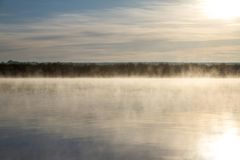 Alba al fiume nebbioso immagini stock