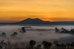 Alba al parco nazionale di Thung Salaeng Luang con foschia in FO immagini stock