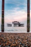 Alba al vecchio pilastro fuori bruciato a Brighton Fotografie Stock