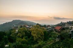 Alba al villaggio sull'alta montagna, Doi Mae Salong, Tailandia Immagine Stock