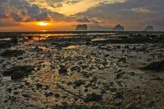 Alba all'isola di ngai in Tailandia Immagini Stock