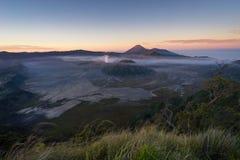 Alba alla montagna del vulcano attivo di Bromo, East Java, Indonesia immagine stock libera da diritti
