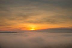 Alba alla montagna nebbiosa Immagine Stock Libera da Diritti