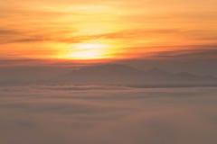 Alba alla montagna nebbiosa Fotografie Stock Libere da Diritti