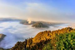 Alba alla sosta nazionale più piovosa di Mt Bromo, Indonesia fotografie stock libere da diritti