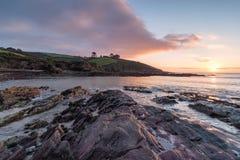 Alba alla spiaggia della baia di Talland fotografia stock