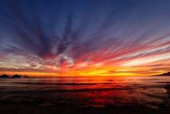 Alba alla spiaggia Esposizione variopinta di luce Fotografia Stock