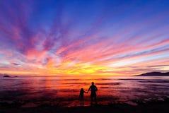 Alba alla spiaggia Esposizione variopinta di luce Immagine Stock