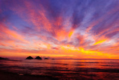Alba alla spiaggia Esposizione variopinta di luce Immagini Stock Libere da Diritti