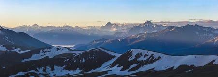 Alba alta in montagna Montagne di Caucaso Immagini Stock