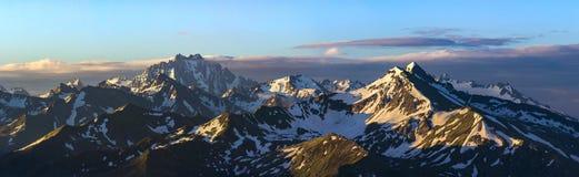 Alba alta in montagna Supporti Zakzan-Syrt e Pshish Immagini Stock