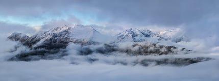Alba alta in montagne su una mattina nebbiosa Montagne di Caucaso Immagini Stock Libere da Diritti