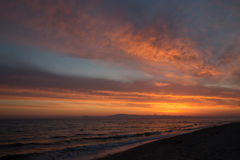 Alba arancio della primavera sulla riva del mare calmo durante la marea Fotografia Stock Libera da Diritti