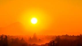 Alba arancio sopra il panettiere del supporto Immagini Stock