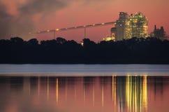 Alba arancio su una mattina nebbiosa nella centrale elettrica Immagini Stock Libere da Diritti