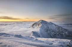 Alba aspettante nell'orario invernale con il bello cielo Fotografia Stock