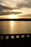 Alba attraverso il lago Fotografia Stock