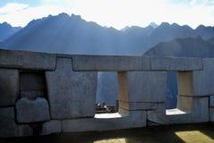 Alba attraverso le finestre di Machu Picchu Fotografie Stock Libere da Diritti