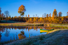 Alba in autunno con una barca Fotografie Stock Libere da Diritti
