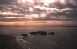Alba bella ed ammirevole sopra il mare immagine stock