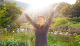 Alba, bello parco e donna felice sollevanti le sue mani fino al sole Concetto felice e sano di vita Fotografia Stock Libera da Diritti