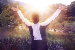 Alba, bello parco e donna felice sollevanti le sue mani fino al sole Concetto felice e sano di vita Fotografie Stock