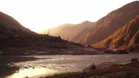 Alba in Besham con una vista delle montagne e del fiume Indo scorrente video d archivio