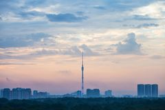 Alba blu e rosa iniziale sopra la città di Mosca Immagini Stock