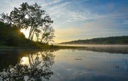 Alba brillante sulla mattina nebbiosa e nebbiosa di estate sul lago corry Immagine Stock Libera da Diritti