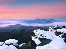 Alba brumosa en colinas hermosas Gradación de nubes coloridas Foto de archivo