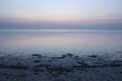 Alba calma dell'Oceano Atlantico fotografie stock