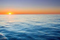 Alba calma in mare aperto con il chiaro cielo calmo Immagini Stock Libere da Diritti