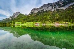 Alba calma nel lago Hintersee, alpi Immagine Stock