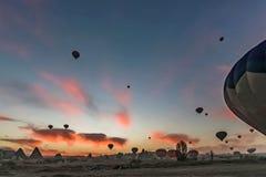 Alba a Cappadocia con il volo delle mongolfiere fotografie stock
