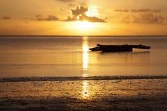 Alba con una barca africana (dhow) Immagine Stock