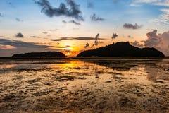 Alba dal mare fra le due isole Immagini Stock Libere da Diritti