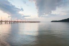 Alba dalla riva con la priorità alta del mare Immagine Stock