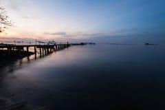 Alba dalla riva con la priorità alta del mare Fotografia Stock
