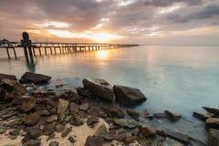 Alba dalla riva con la priorità alta della roccia per fondo Fotografia Stock