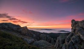 Alba dalle montagne fotografia stock