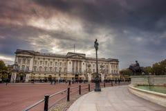 Alba del Buckingham Palace di Londra il centro commerciale Regno Unito - immagine di riserva Immagini Stock