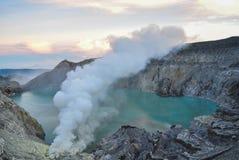 Alba del cratere di Ijen Fotografia Stock