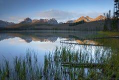 Alba del lago mountain con la riflessione fotografia stock
