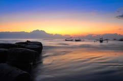 Alba del litorale dell'oceano e barche blury Fotografie Stock